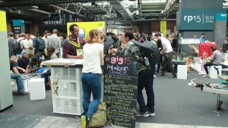 01-Es-ist-viel-los-am-Stand-vom-GIG-Makerspace-auf-der-re-publica-2015